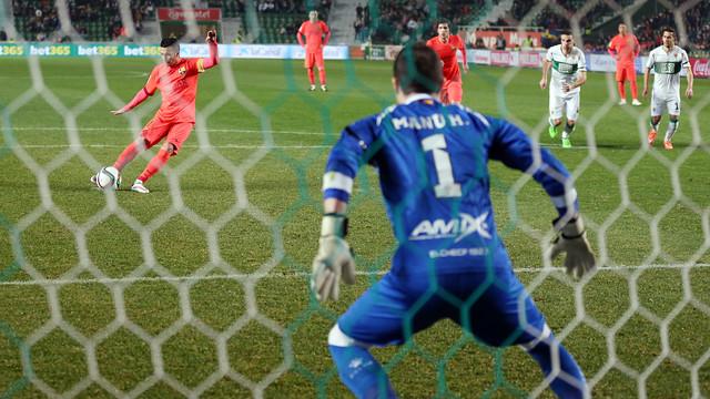 Pedro scoring from the spot against Elche/ PHOTO: MIGUEL RUIZ - FCB