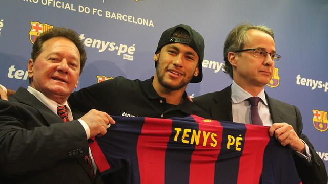 Silvio Roberto, Neymar Jr e Javier Faus, com uma camisa do Barça