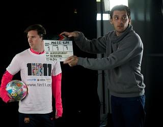 Messi menegok ke arah kanan dengan kru dari video