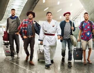 Pique, Suarez, Messi, Iniesta dan Neymar berjalan bersama di bandara dengan berbagai kostum berbeda
