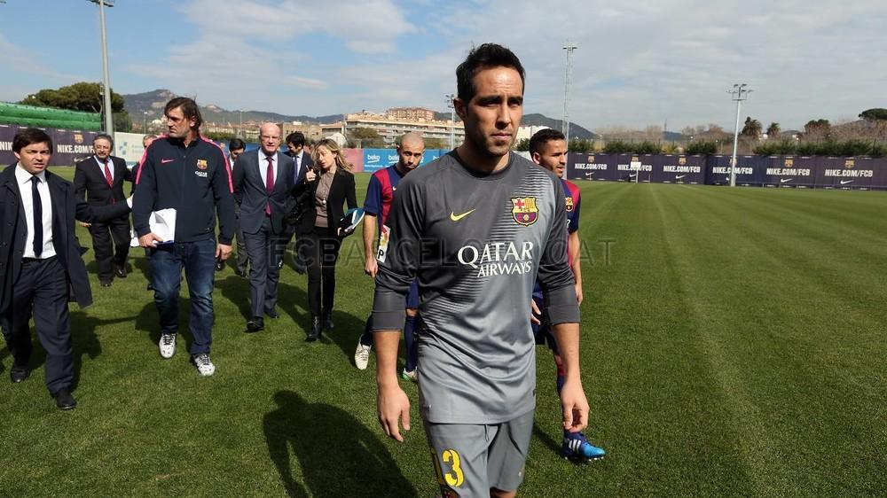 بالصور والفيديو  : لاعبو برشلونة يعلنون عن عقد بث مباريات الفريق للموسم المقبل Pic_2015-02-18_ACUERDO_TELEFONICA_09-Optimized.v1424268333