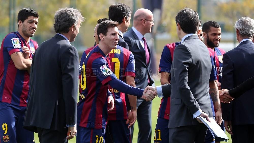 بالصور والفيديو  : لاعبو برشلونة يعلنون عن عقد بث مباريات الفريق للموسم المقبل Pic_2015-02-18_ACUERDO_TELEFONICA_02-Optimized.v1424268311