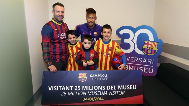 Àlex Jiménez and his sons Estanis, Dídac and Damià enjoyed a special meeting with Neymar Jr / MIGUEL RUIZ - FCB