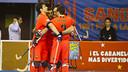 Los jugadores se abrazan después del gol de Sergi Panadero / VICTOR SALGADO - FCB