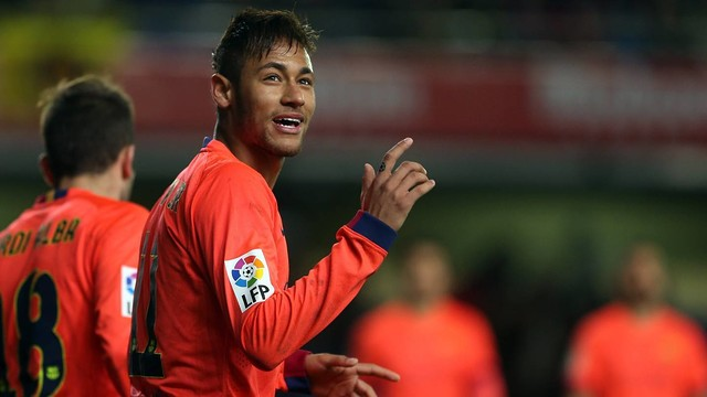 Neymar faz um sinal para a torcida no estádio El Madrigal