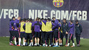The team huddle up with the coaching staff in a training session earlier this season. / FCB ARCHIVE