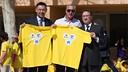 """Josep Maria Bartomeu, Johan Cruyff and Jaume Giró (Obra Social """"la Caixa"""") con una camiseta del proyecto en las manos"""