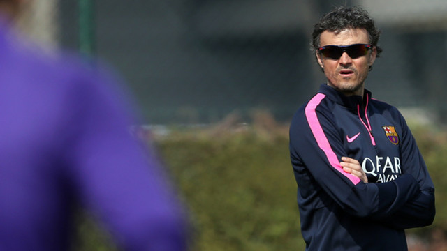 Luis Enrique pensively watches over Friday's training session. / FCB
