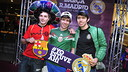 Els aficionats davant del photocall amb el rètol #johiera donant suport a l'equip / CRISTINA GONZÁLEZ - FCB
