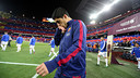 Luis Suárez striding out on to the field with the Mosaic in the background  / MIGUEL RUIZ - FCB