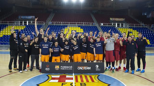 Foto de grupo con los jóvenes de One Team y todo el equipo de básquet. Se ven los logos de la Fundación y de One Team