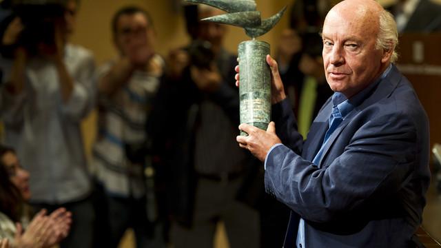 Eduardo Galeano amb el guardó del premi a les mans mentre rep una ovació