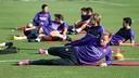 Els jugadors realitzant exercicis d'estiraments / MIGUEL RUIZ-FCB