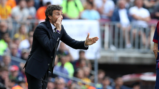 Luis Enrique cheers on his men in Saturday's 2–0 win over Valencia at Camp Nou. / MIGUEL RUIZ - FCB