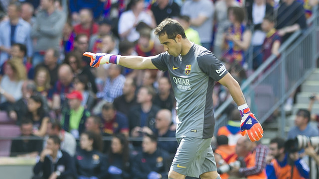 Claudio Bravo reacts after saving a penalty kick in the ninth minute of Saturday's 2–0 win over Valencia at Camp Nou. / MIGUEL RUIZ-FCB