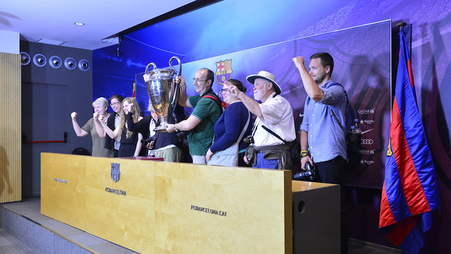 The bloggers had their photo taken with the Champions League Trophy / CRISTINA GONZÁLEZ