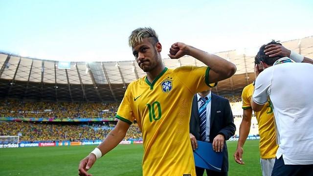 Neymar, celebrando uma vitória com o Brasil com os punhos levantados