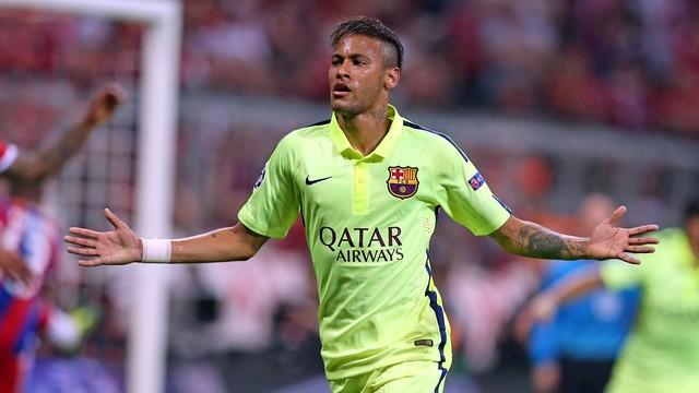 Neymar, celebrando o 2º gol contra o Bayern de Munique com os braços abertos