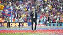 Luis Enrique speaks to the Camp Nou crowd after the game. / VÍCTOR SALGADO - FCB