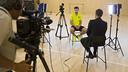 Gerard Piqué atenent un dels mitjans de l'Open Media Day / VÍCTOR SALGADO - FCB