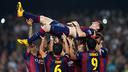 L'équipe soulève Leo Messi, le buteur / MIGUEL RUIZ-FCB