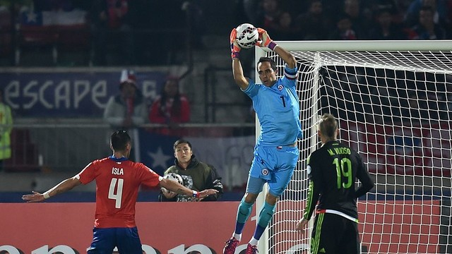 Claudio Bravo making a save against Mexico / CA2015.COM