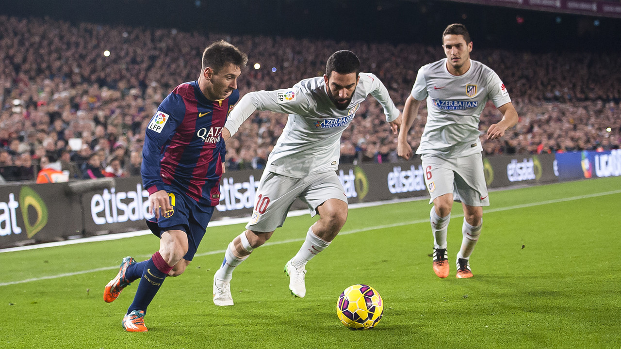 Arda Turan, amb Messi, durant un partit contra el Barça de la passada temporada / MIGUEL RUIZ - FCB