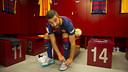 Arda Turan with the new Barça shirt in the dressing room / VÍCTOR SALGADO - FCB