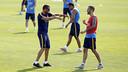 Luis Enrique dando instrucciones a Aleix Vidal durante el entrenamiento / MIGUEL RUIZ - FCB
