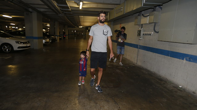 FC Barcelona defender Gerard Piqué heads to the polls with his son, Milan. / MIGUEL RUIZ-FCB