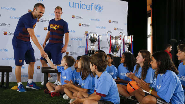 Iniesta and Ter Stegen with the children in Los Angele