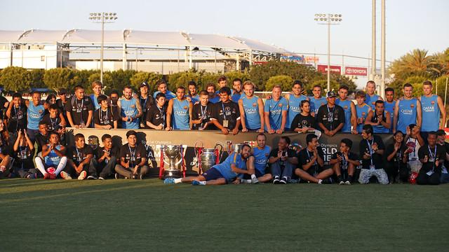 En foto de grup, els membres del primer equip amb els atletes d'Special Olympics.
