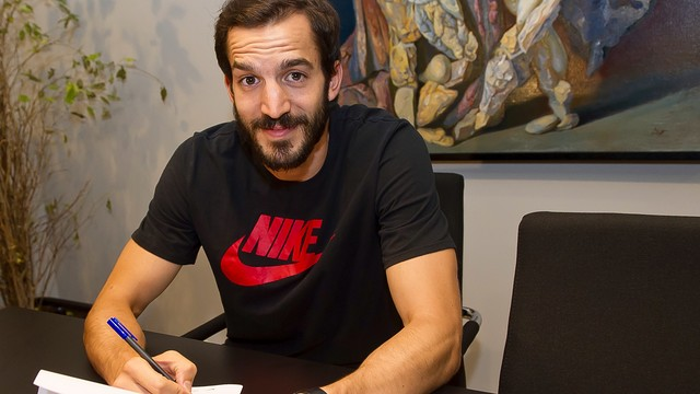 Pau Ribas signs his new contract / VICTOR SALGADO