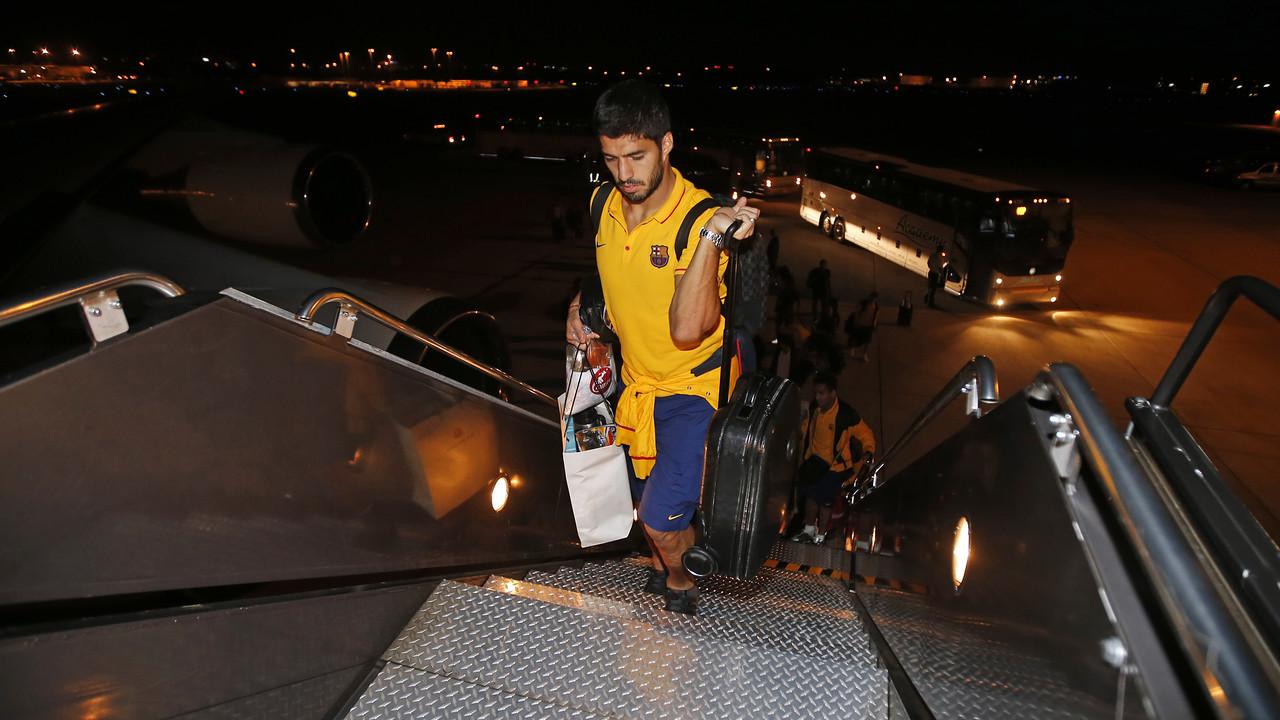 Luis Suárez, subindo no avião em Washington / MIGUEL RUIZ-FCB
