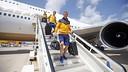 Ter Stegen et Samper descendent de l'avion/ MIGUEL RUIZ-FCB