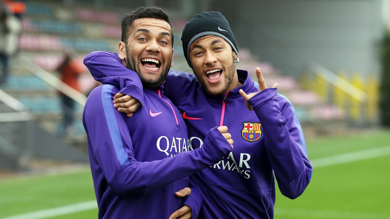 Neymar e Alves, em treino da temporada passada / MIGUEL RUIZ - FCB