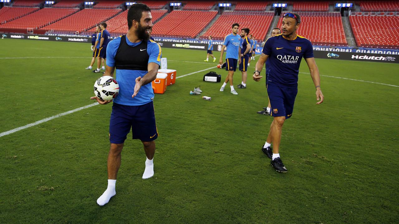Arda Turan i Luis Enrique, en un entrenament / MIGUEL RUIZ-FCB