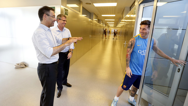 Bartomeu and Mestre with Messi before training / MIGUEL RUIZ-FCB