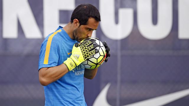 Claudio Bravo on his return to training / MIGUEL RUIZ - FCB