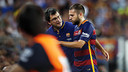 Jordi Alba leaves the field with team doctor Ricard Pruna. / MIGUEL RUIZ-FCB