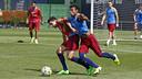 Bartra i Rafinha disputen una pilota a l'entrenament / MIGUEL RUIZ - FCB