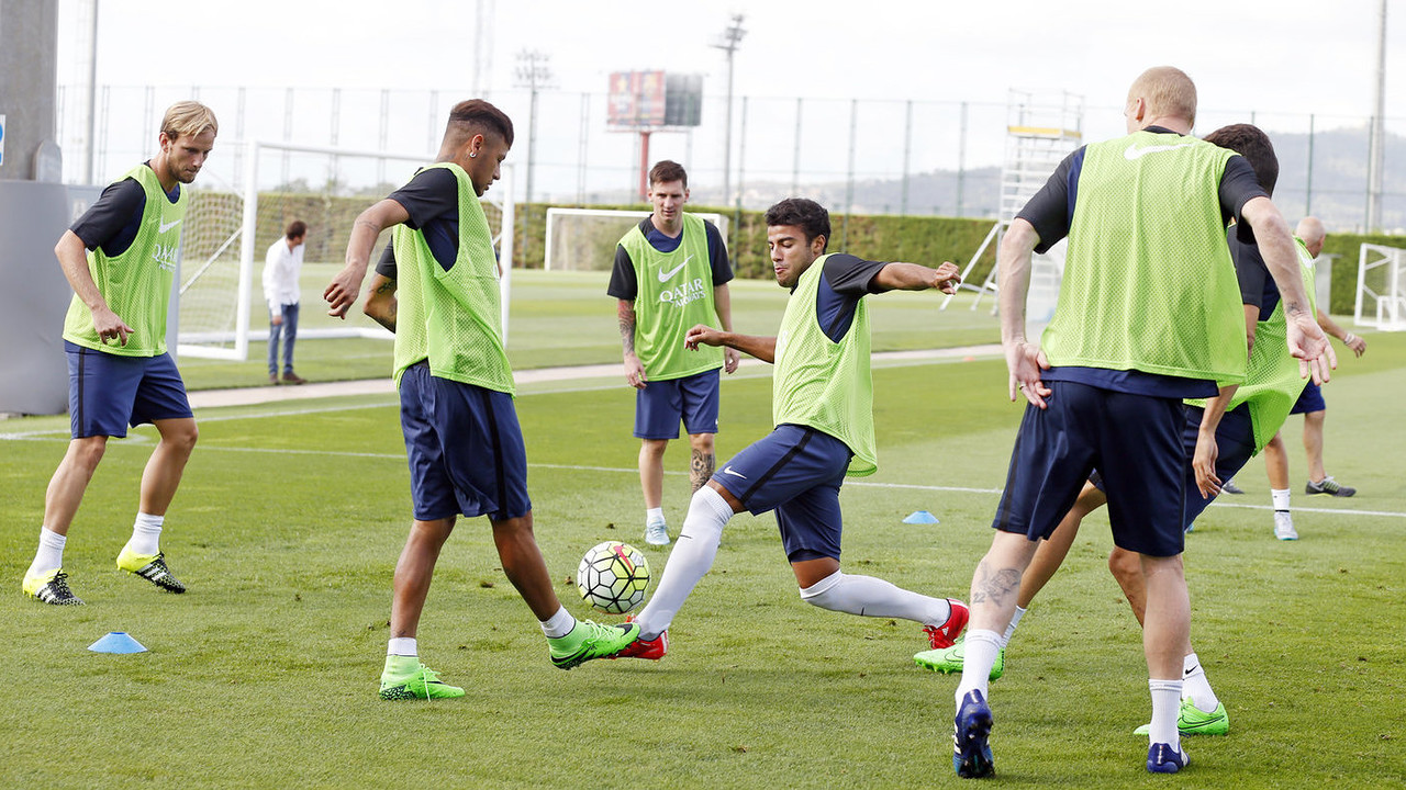 Rafinha, here in the middle of a 'rondo' session, has been summoned to play for Brazil. / MIGUEL RUIZ-FCB