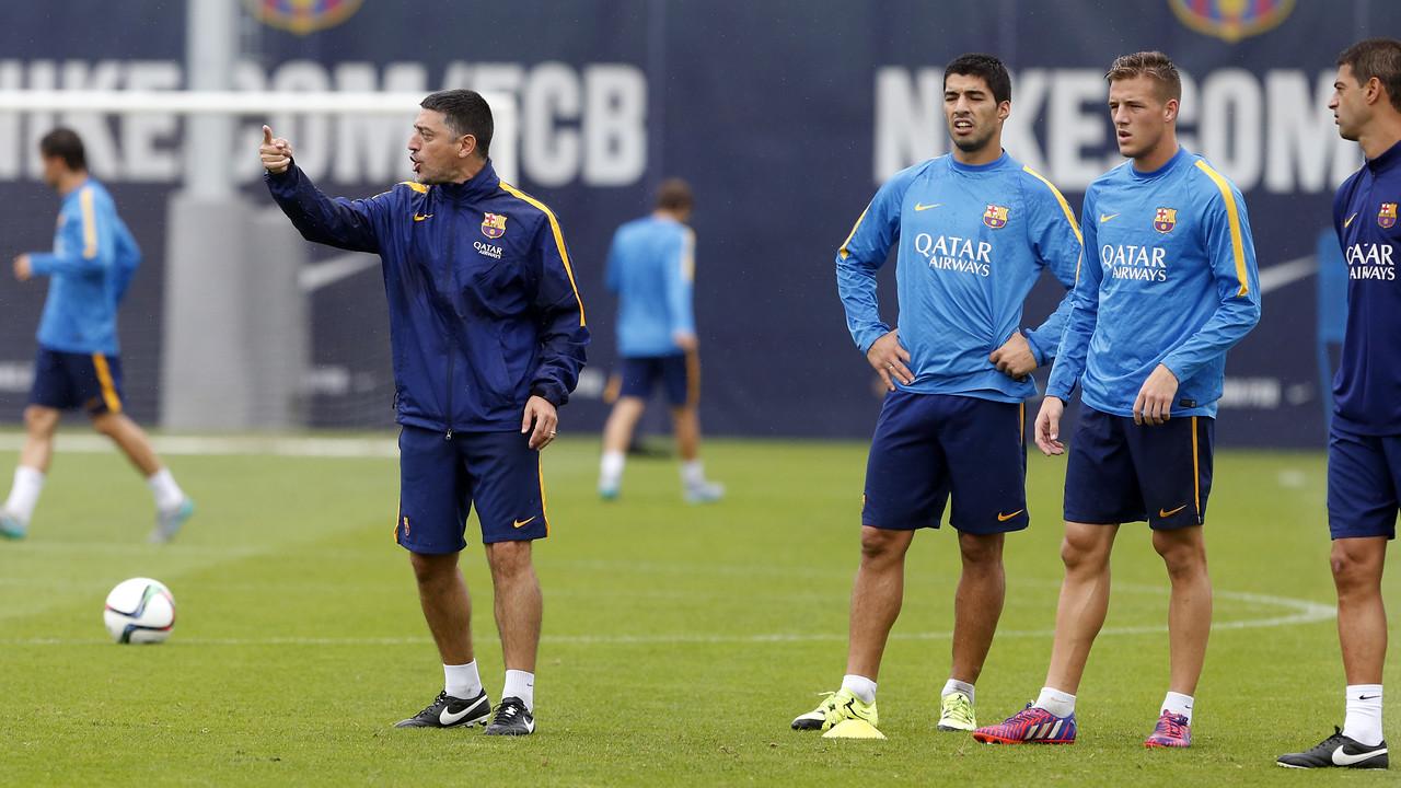 Luis Suárez e Tarín, ouvindo instruções de García Pimienta, segundo técnico da filial / MIGUEL RUIZ - FCB