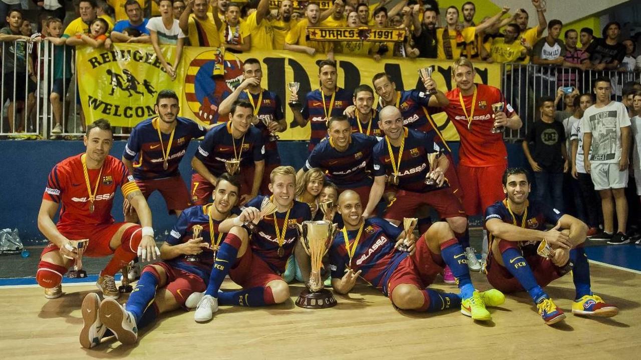 El equipo, celebrando la Copa Catalunya con la afición / VÍCTOR SALGADO-FCB