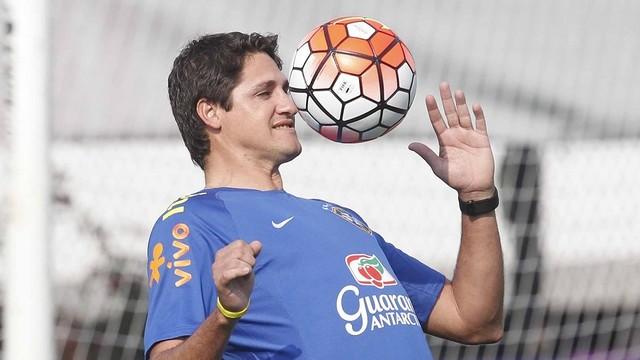 José Edmílson on the training pitch with Brazil / CBF