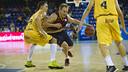 Forward Brad Oleson drives to the basket against Gran Canaria last season at the Palau Blaugrana. / Víctor Salgado - FCB