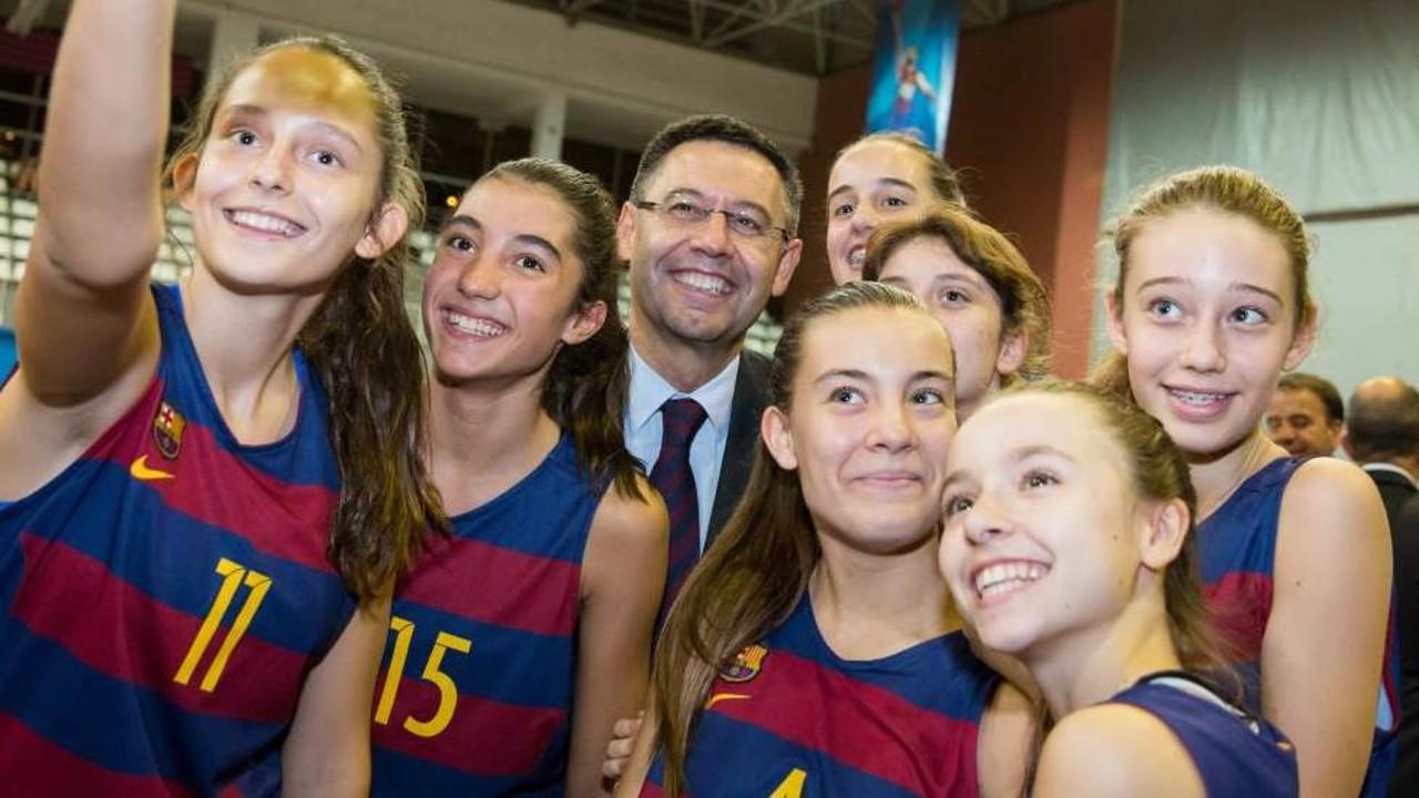 Josep Maria Bartomeu es fa un selfie amb un grup de jugadores / GERMÁN PARGA - FCB