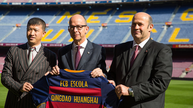 Wang Zekai, Jordi Cardoner and Òscar Grau, with the first team shirt at Camp Nou / GERMÁN PARGA - FCB