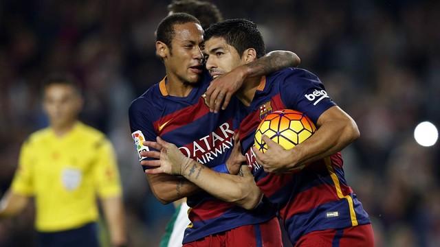 Neymar abraçado com Suárez, celebrando um gol