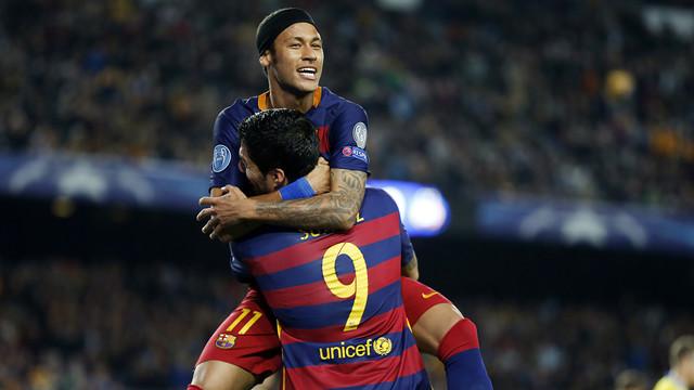 Neymar e Suarez se abraçam e comemoram gol na partida contra o BATE